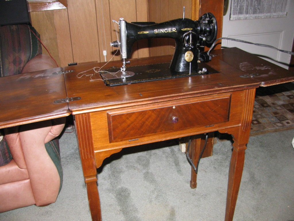antique singer sewing machine country living and garlic. Black Bedroom Furniture Sets. Home Design Ideas
