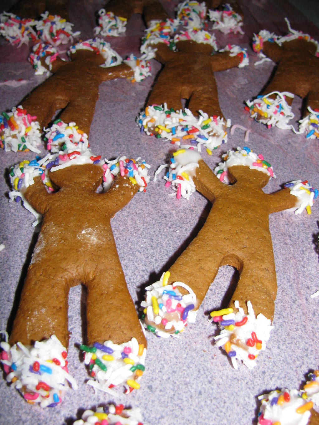 It's time to make Gingerbread Men! Here's the recipe and decorating recipes. Tasty, fun to make and little ones love them! #gingerbread #Christmas #recipe